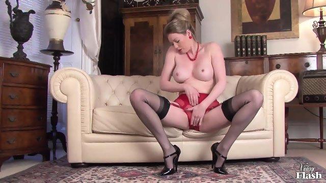 Элегантная дамочка сняла с себя одежду