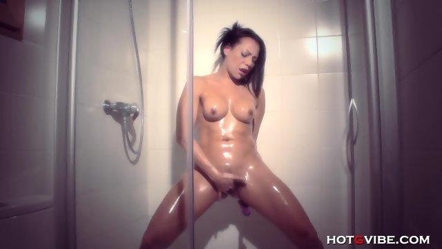 Струйный оргазм в исполнении жаркой брюнетки