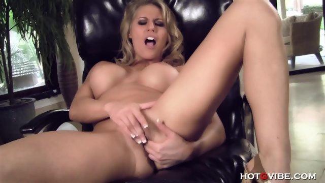 Блондинка с большими сиськами трет пальцами киску и анал