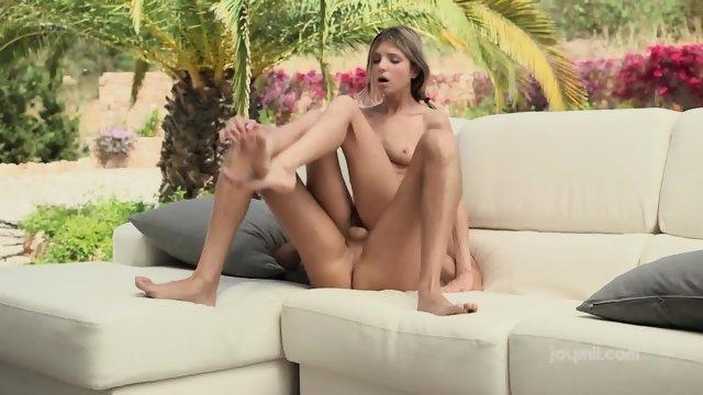 Порно с тощей милашкой на диване