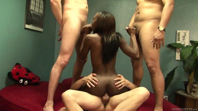 Негритянка удовлетворила трех парней своими дырками