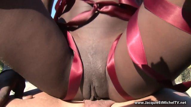Секс на пляже с молодой чернокожей девицей
