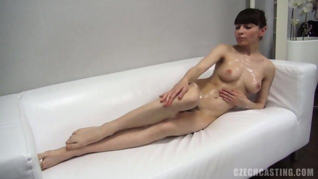 Тоненькая брюнетка ищет работу на порно кастинге