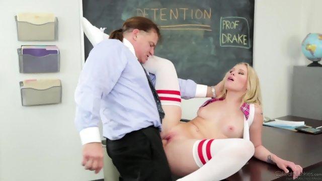 Студентка удовлетворила зрелого препода