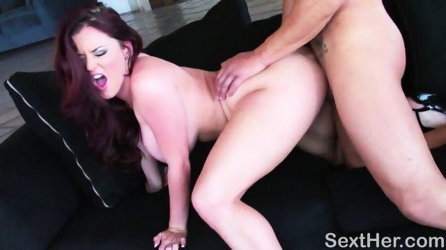 Sophie Dee после глубоко минета получает сквирт