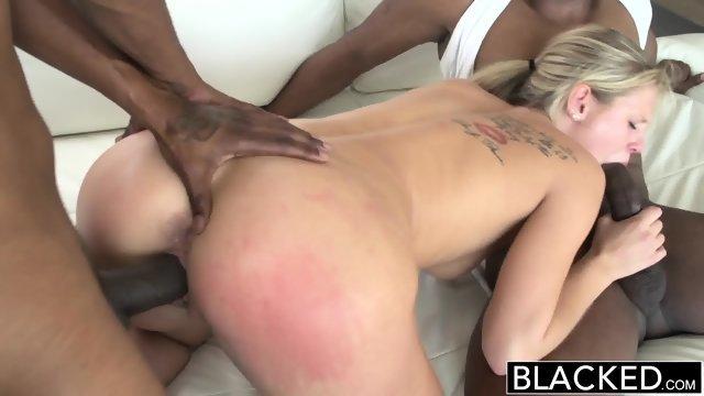 Два темнокожих паренька удовлетворили блондиночку