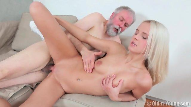 Седой дед потрахался с молодой блондинкой