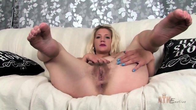 Блондинка играется со своей мохнатой пиздой