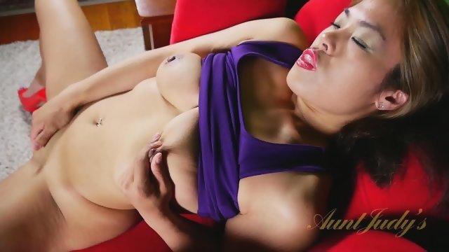 Зрелая азиатка играет с вагинальной дыркой