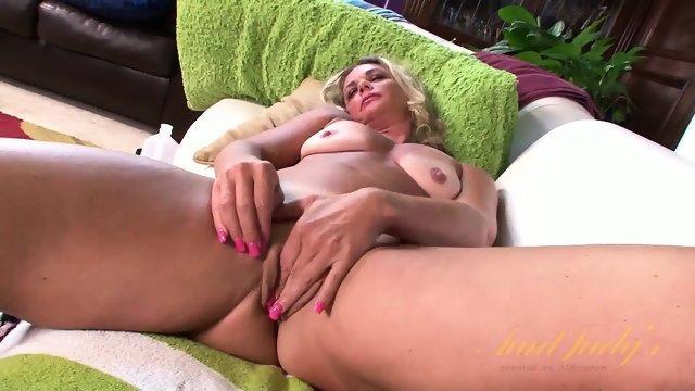 Пожилая блондинка гладит пальчиками по бритой дырке