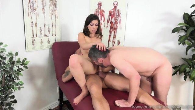 Сексуальную брюнетку трахнули мужички